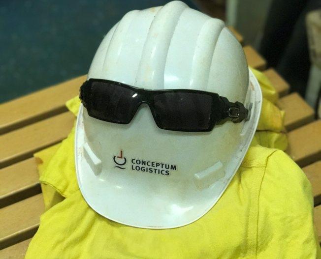 Helm mit Sonnenbrille